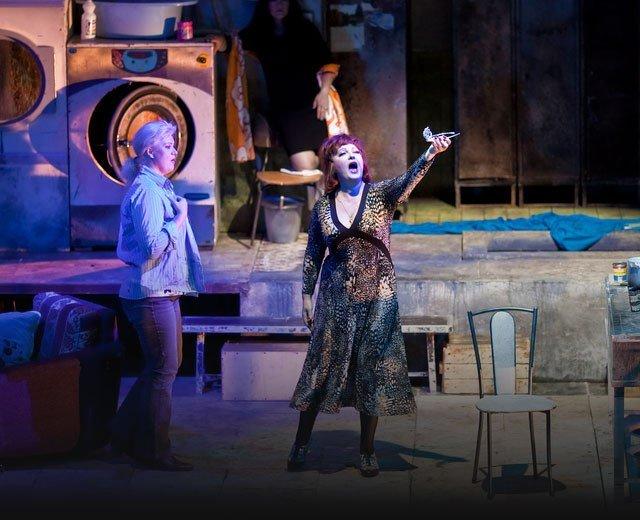 Festivales y obras de teatro, espectáculos de danza, teatros musicales, performances, teatro de calle, etc.